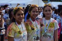获得的青年人乐趣,图片的姿势在街道上跑的颜色马尼拉闪烁 活动公共 免版税库存照片