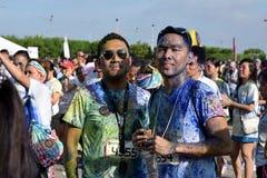 获得的青年人乐趣,图片的姿势在街道上跑的颜色马尼拉闪烁 活动公共 免版税图库摄影