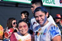 获得的青年人乐趣,图片的姿势在街道上跑的颜色马尼拉闪烁 活动公共 免版税库存图片