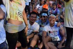 获得的青年人乐趣,图片的姿势在街道上跑的颜色马尼拉闪烁 活动公共 库存图片