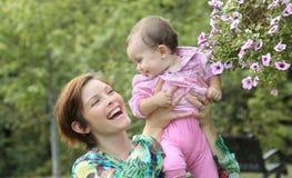 获得的婴孩和的母亲乐趣 免版税库存照片