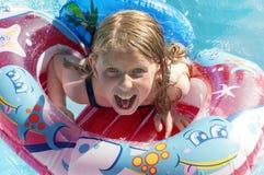 获得的apool的女孩乐趣在度假 免版税库存图片