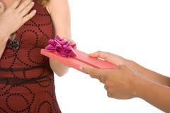 获得礼品当前接受妇女的生日 免版税库存照片