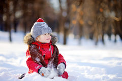 获得红色冬天的衣裳的小男孩与雪的乐趣 库存图片