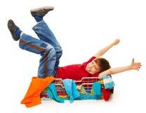 获得红色的T恤杉的逗人喜爱的男孩乐趣 库存图片