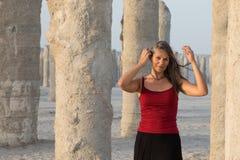 获得美丽的妇女使用在混凝土桩附近的乐趣 图库摄影