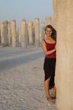 获得美丽的妇女使用在混凝土桩附近的乐趣 免版税库存图片