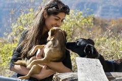 获得美丽的少妇与她的狗的乐趣 库存图片