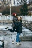 获得美好的夫妇在码头的乐趣 库存图片