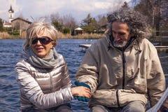 获得美好的成熟的夫妇乐趣坐小船 免版税图库摄影