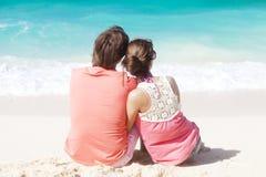 获得美好的新的夫妇坐和乐趣  免版税库存照片