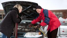 获得老版本妇女的提高汽车 库存照片