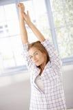 获得舒展妇女年轻人的早晨 免版税图库摄影