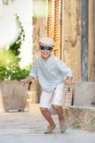 获得赞赏的小男孩乐趣户外 免版税库存图片
