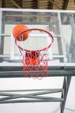 获得赢取指向篮球比赛 库存图片