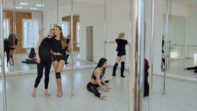 获得逗人喜爱和愉快的杆的舞蹈家从实践的休假和乐趣 股票视频