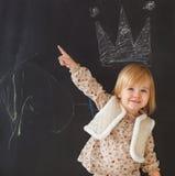 获得逗人喜爱的小女孩乐趣 库存照片