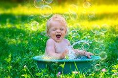 获得逗人喜爱的小小孩的女孩乐趣用水 库存照片