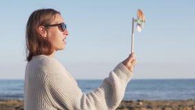 获得逗人喜爱的愉快的女孩画象与轮转焰火的乐趣在海滩 影视素材