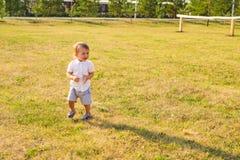 获得逗人喜爱的矮小的男婴画象乐趣外面 使用微笑的愉快的孩子户外 图库摄影