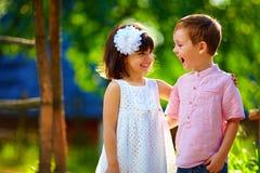获得逗人喜爱的笑的孩子乐趣户外,夏令时 库存照片