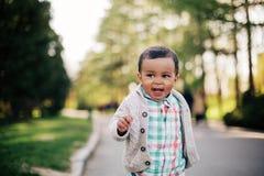 获得逗人喜爱的非裔美国人的小孩乐趣户外 免版税图库摄影