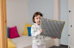 获得逗人喜爱的pijamas的滑稽的女孩乐趣 免版税库存图片