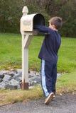 获得邮件的男孩 免版税图库摄影