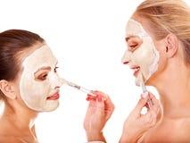 获得面部屏蔽的妇女。 免版税图库摄影