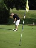 获得高尔夫球轻轻一击准备好 免版税库存照片