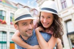 获得年轻愉快的夫妇乐趣在度假 免版税库存照片