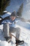 获得年轻的人与雪撬的乐趣 免版税库存照片