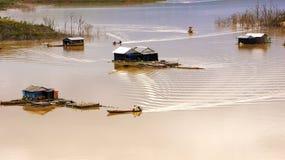 获得他们的在湖上的木架房屋汽艇的渔夫在渔vi 免版税库存照片