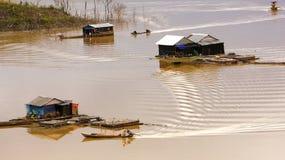 获得他们的在湖上的木架房屋汽艇的渔夫在渔vi 库存图片