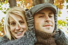 获得年轻的夫妇一些秋天乐趣 免版税库存照片