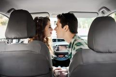获得年轻的夫妇在汽车里面的乐趣 免版税图库摄影