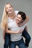 获得年轻的夫妇背上乘坐的乐趣 库存照片