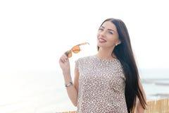 获得年轻美丽的妇女夏天样式室外时尚画象乐趣在度假 免版税库存照片