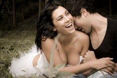 获得年轻美好的夫妇乐趣 免版税图库摄影