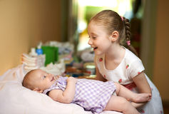 获得更老的姐妹乐趣谈话与更加年轻的Th e 免版税图库摄影