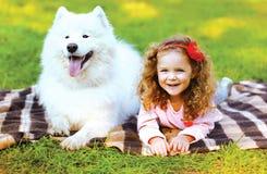 获得画象愉快的孩子和的狗乐趣 图库摄影