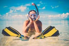 获得Snorkeler的妇女在热带海滩的乐趣 免版税库存照片