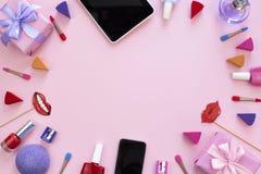 菊花化妆用品辅助部件花束给礼物在桃红色背景的片剂香水打电话 库存照片