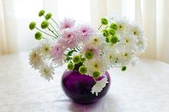 菊花花束在花瓶的 免版税图库摄影