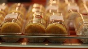 细菌学家 展示窗口用奶油色小圆面包 股票视频