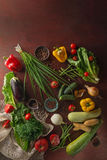 菜、草本和香料在一张老木桌,顶视图,拷贝空间,土气样式上 免版税库存图片