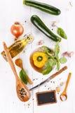 菜、草本和香料在白色木背景 库存照片
