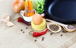 菜、香料和厨房器物在麻袋布 库存图片