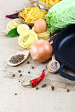 菜、香料和厨房器物在麻袋布 免版税库存图片