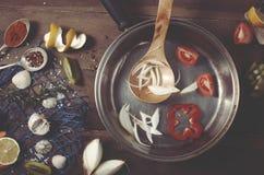 菜、香料和柠檬在木背景 海样式、一个蓝色捕鱼网和壳,顶视图 烹调背景 库存照片